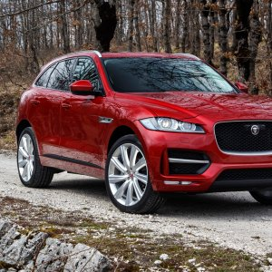2017-Jaguar-F-Pace-20d-front-side-view-parked.jpg
