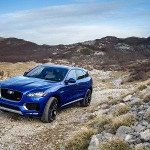 2017-Jaguar-F-Pace-First-Edition-off-road.jpg